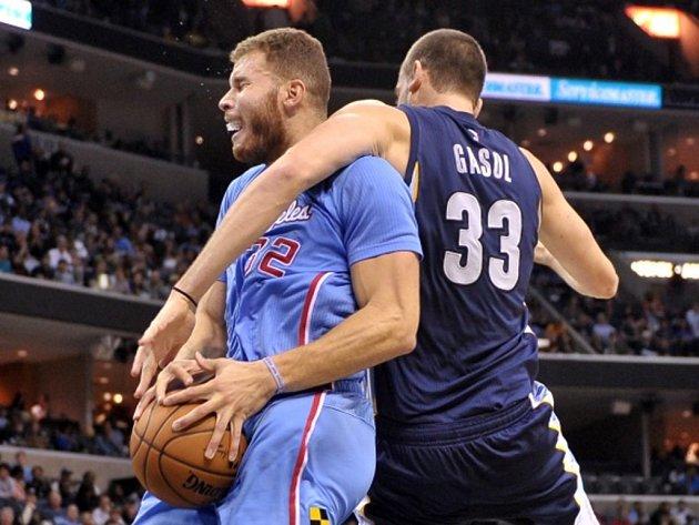 Blake Griffin z Los Angeles Clippers (vlevo) a Marc Gasol z Memphisu.
