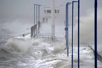 Vlnobití vyvolané orkánem Xaver způsobilo záplavy v části Hamburku.