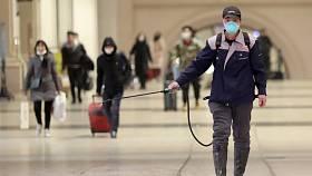 Dezinfekce prostor železničního nádraží v čínském Wu-chanu na snímku z 22. ledna 2020