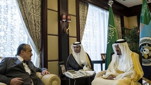 Český ministr zahraničí Karel Schwarzenberg (vlevo) se sešel 19. května v přístavu Džidda se saúdskoarabským korunním princem a ministrem obrany Salmánem ibn Abdal Azízem Saúdem (vpravo).