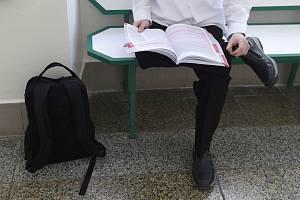 Student se připravuje před maturitní zkouškou - ilustrační foto