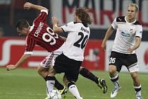 Petr Jiráček z Plzně (uprostřed) fauluje Antonia Cassana z AC Milán.