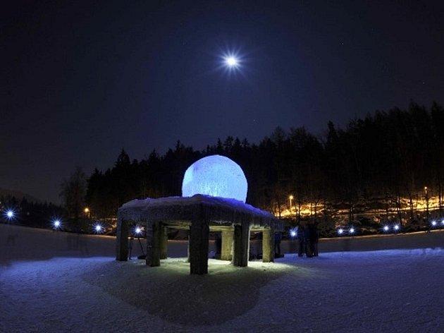 Unikátní ledové iglú vyrobili na přehradě v Liberci architekti místního ateliéru Mjölk. Projekt původně připravili pro světovou soutěž Warming Huts 2012 v kanadském Winnipegu.