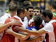 Čeští volejbalisté se radují z vítězství na MS v Itálii.