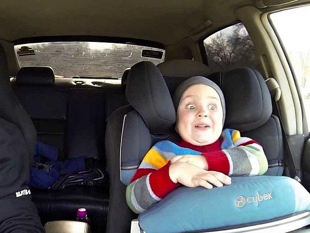 Jak to vypadá, když tatínek vezme tříletého syna na divokou projížďku?