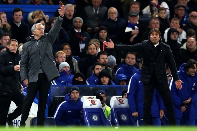 Trenéři José Mourinho (vlevo) a Antonio Conte.