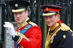 Princ William a jeho bratr princ Harry přijíždějí na svatbu.