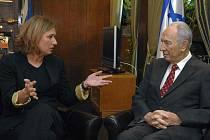 Izraelská ministryně zahraničí Cipi Livniová byla prezidentem Šimonem Peresem (vpravo) pověřena sestavením nové vlády. V neděli však vzdala úsilí o sestavení nové vlády kvůli požadavkům ortodoxní formace Šás