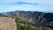 Gran Canaria. Údolí okolo vesnice Tejeda. Okolní skály jsou pozůstatkem obřího sopečného kráteru.