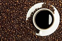 Lidé vstávající časně by měli pít kávu ráno, večerní šálek kávy by jim mohl rušit spánek.