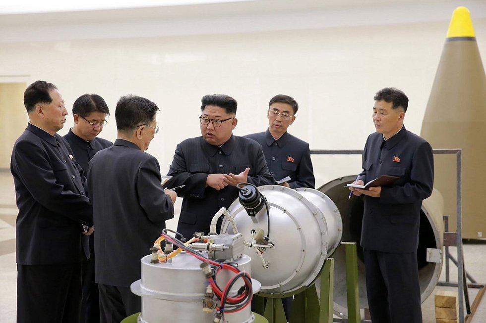 Severokorejský vůdce Kim Čong-un při prohlídce raketového zařízení