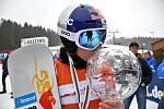 Ester Ledecká s křišťálovým glóbem pro vítězku Světového poháru.