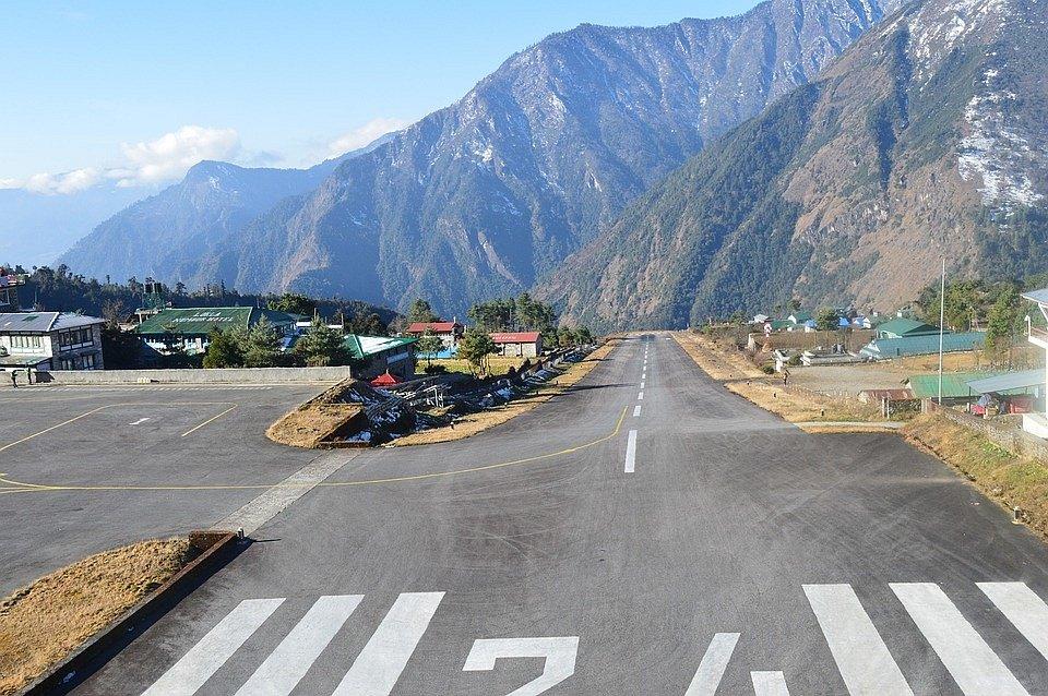 Mezi nejnebezpečnější letiště světa patří letiště Lukla Tenzing-Hillary v nepálských horách. Na konci dráhy se totiž nachází prudký sráz.