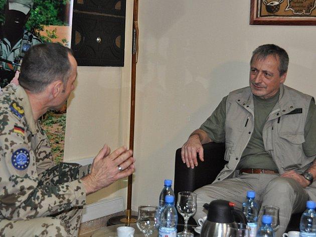 Ministr si během své jednodenní návštěvy prohlédl velitelství výcvikové mise v metropoli Bamaku a setkal se s jeho velitelem Wernerem Alblem.