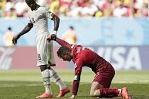 Jonathan Mensah (vlevo) na MS v utkání proti Portugalsku s Cristianem Ronaldem