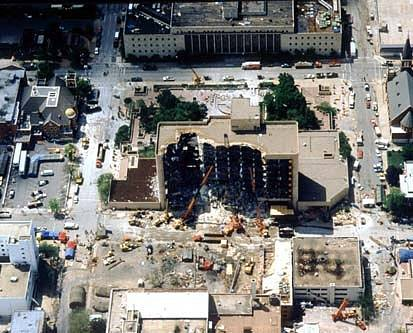 Pohled na to, co zbylo z federální budovy v centru Oklahoma City po teroristickém útoku spáchaném Timothy McVeighem a jeho komplici.