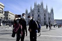 Lidé s rouškami před katedrálou v Miláně.