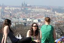 Teplé počasí v Praze. Ilustrační snímek