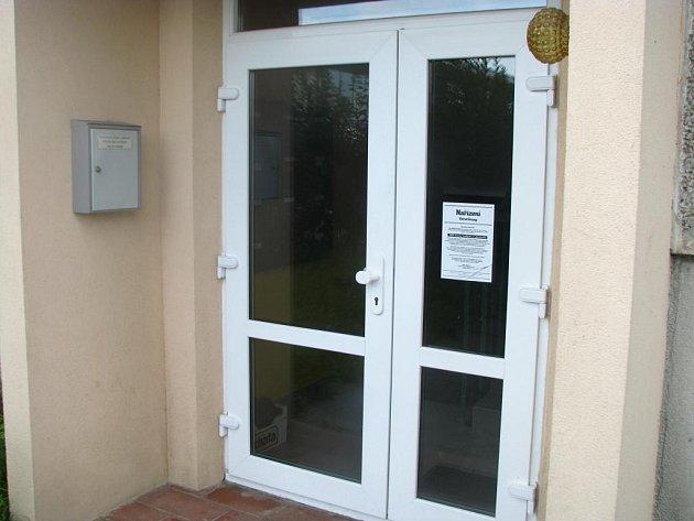 Neznámý člověk vyvěsil na vchodových dveřích nařízení po vzoru nacistických plakátů.