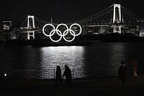 Svítící olympijské kruhy v Tokiu