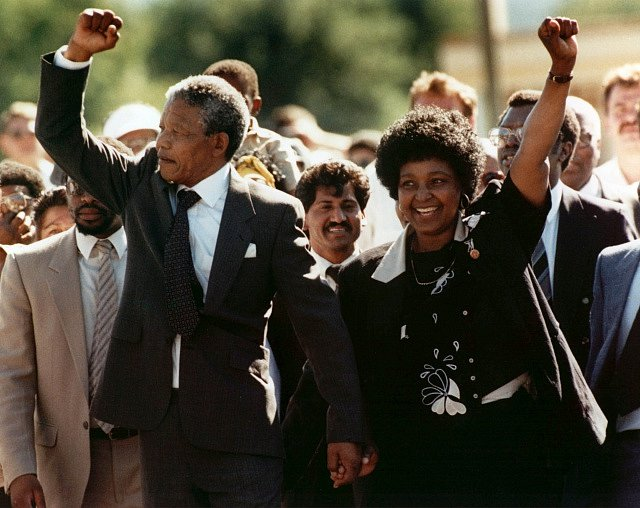 Nelson Mandela a Winnie Madikizelaová-Mandelová se radují z Mandelova propuštění.