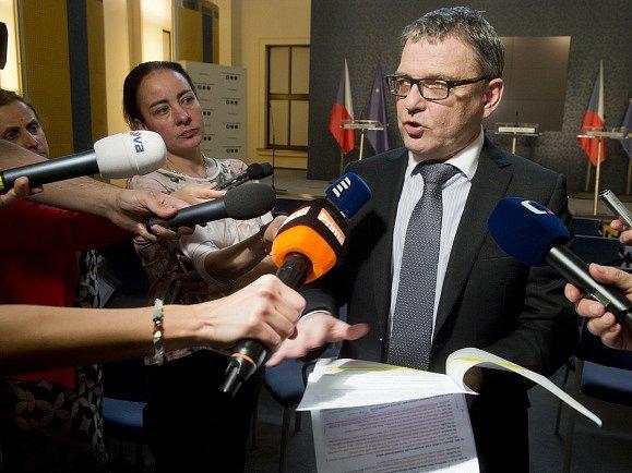 Ministr zahraničí Lubomír Zaorálek hovoří s novináři po jednání zástupců koaličních stran 22. června v Praze, na které diskutovali o další vládní spolupráci.