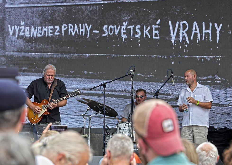 Připomínka 50. výročí invaze vojsk Varšavské smlouvy do Československa na Václavské náměstí. Koncert na Můstku.