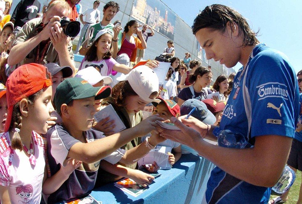 Reprezentan Milan Baroš s fanoušky na evropském šampionátu v roce 2004 v Portugalsku.