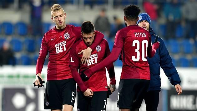 Uroš Radakovič a Benjamin Tetteh utěšují Mihaila Rističe po neproměněné penaltě na Slovácku.