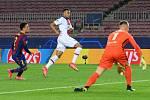 Kylian Mbappé (uprostřed) střílí jeden ze tří gólů Barceloně v Lize mistrů.