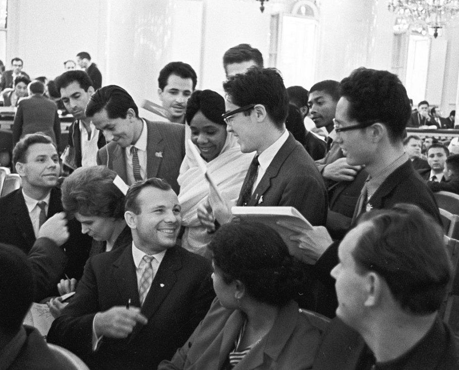 Gagarin a Valentina Těreškovová (sedící po jeho pravici) rozdávají podpisy na Sjezdu mládeže v roce 1964