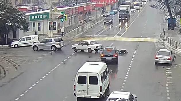 Video zachycující zvláštní nehodu dorazilo z Ruska.