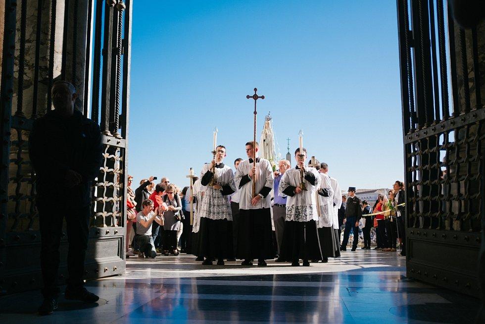 Římskokatolická církev pokládá celibát za oběť Bohu, která umožňuje kněžím soustředit se pouze na jejich povinnosti.