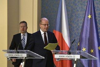Dosluhující premiér Bohuslav Sobotka (vpravo) a ministr životního prostředí a 1. místopředseda vlády Richard Brabec přicházejí na tiskovou konferenci po schůzi vlády, ke které se ministři sešli 29. listopadu v Praze.