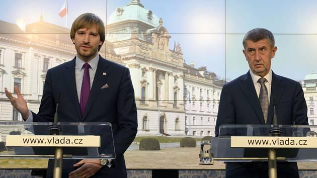 Předseda vlády Andrej Babiš (vpravo) a ministr zdravotnictví Adam Vojtěch vystoupili 10. března 2020 v Praze na tiskové konferenci k aktuální situaci v souvislosti s výskytem koronaviru