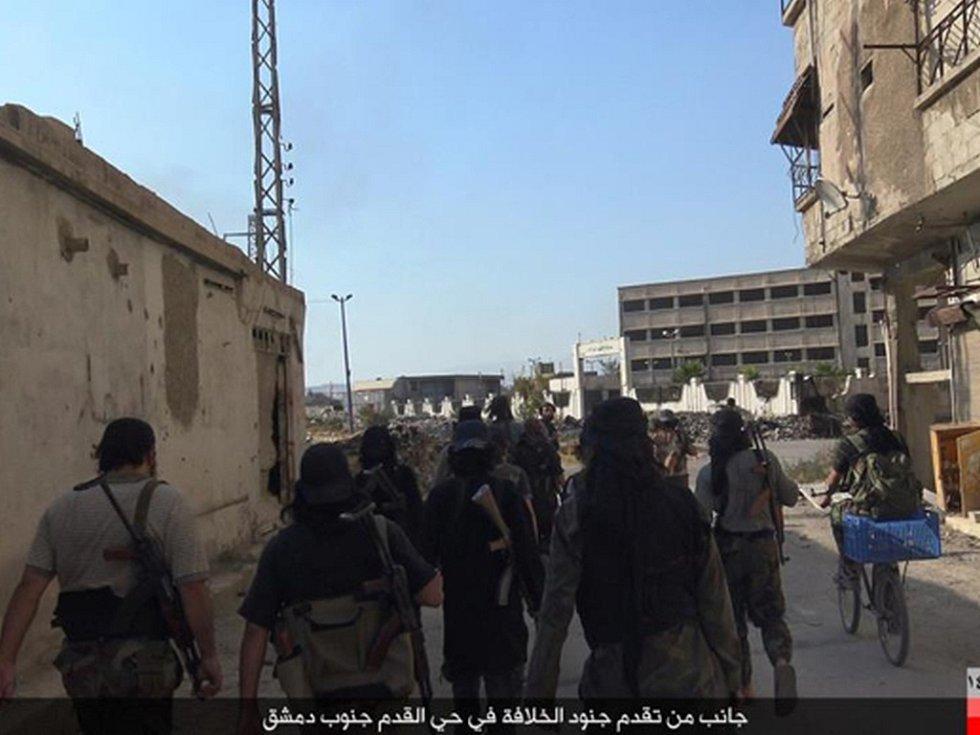 Radikálové z organizace Islámský stát (IS) dnes bojovali v Damašku s konkurenty z jiné radikální skupiny.