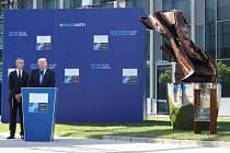 Donald Trump odhalil společně s generálním tajemníkem NATO Jensem Stoltenbergem před novou centrálou NATO památník s části Světového obchodního centra v New Yorku, které bylo zničeno 11. září 2001 po útoku letadly unesenými teroristy.