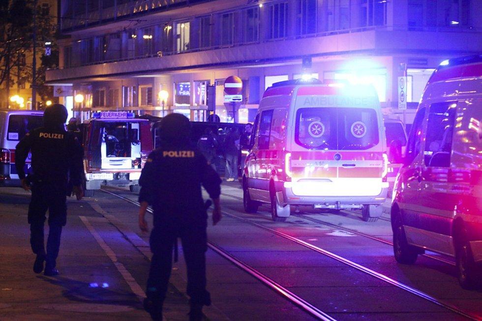 Rakouští policisté a sanitky na místě v centru Vídně, kde došlo 2. listopadu ke střelbě.