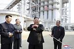 Vůdce KLDR Kim Čong-un (uprostřed) na slavnostním otevření nové továrny na hnojiva ve městě Sunčchon (na snímku z 2. května 2020)