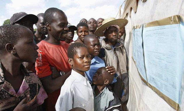 Zimbabwané si prohlížejí předběžné výsledky víkendového hlasování vyvěšené na předměstí metropole Harare Epworth.