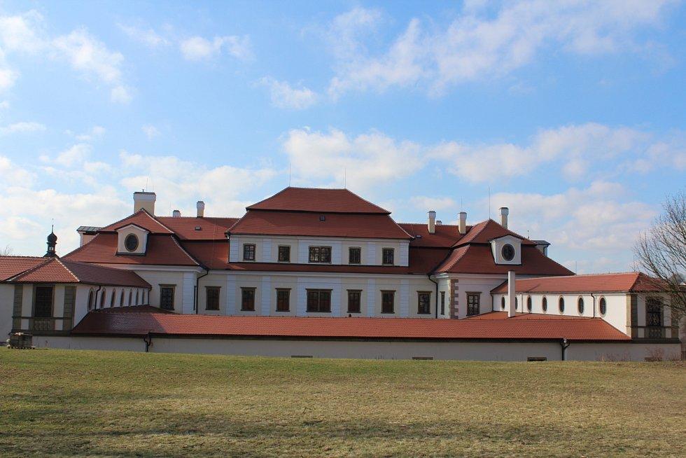 Zámek Rychnov nad Kněžnou je ve spojení s průčelím kostela Nejsvětější Trojice jedním z největších barokních areálů v Čechách. Za jeho podobou stojí proslulý architekt Jan Blažej Santini-Aichel.