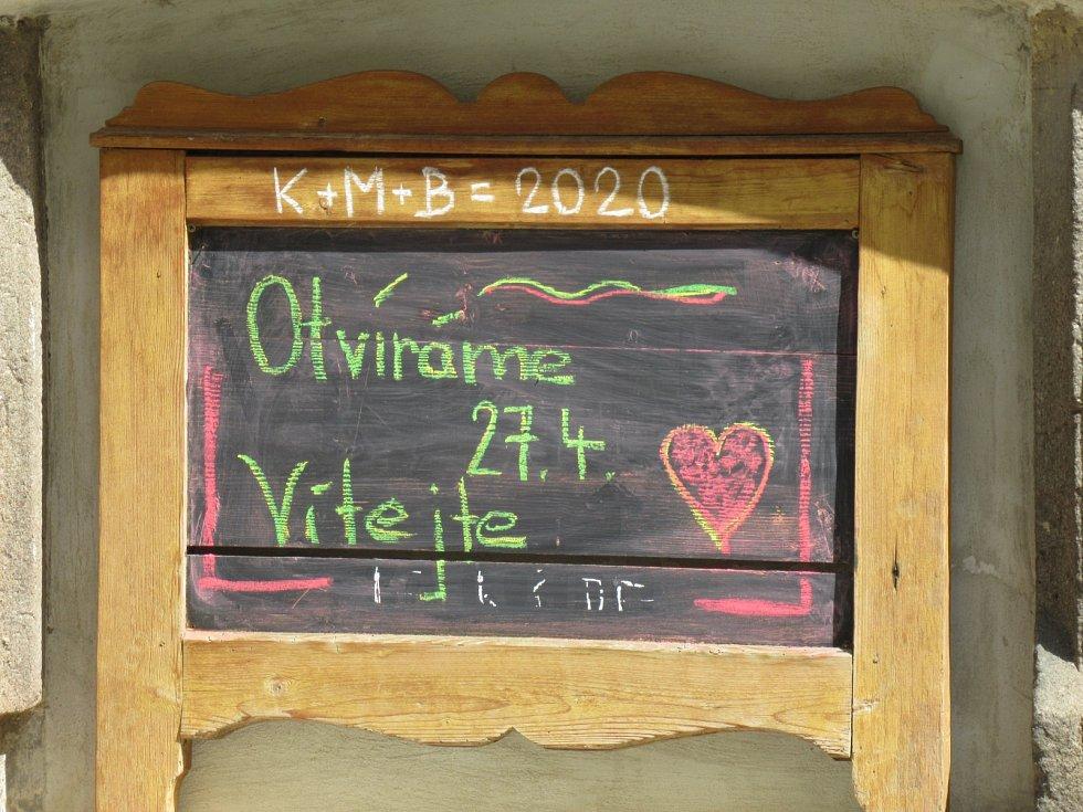 Kolemjdoucí láká barevným nápisem také táborský sekáč Outlet.