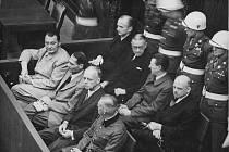 Lavice obžalovaných – přední řada Hermann Göring, Rudolf Hess, Joachim von Ribbentrop a Wilhelm Keitel, druhá řada Karl Dönitz, Erick Raeder, Baldur von Schirach a Fritz Sauckel