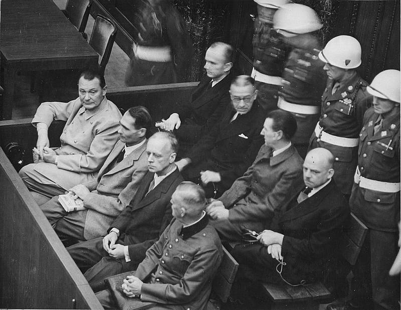 Lavice obžalovaných – Přední řada: Hermann Göring, Rudolf Hess, Joachim von Ribbentrop a Wilhelm Keitel. Druhá řada: Karl Dönitz, Erick Raeder, Baldur von Schirach a Fritz Sauckel