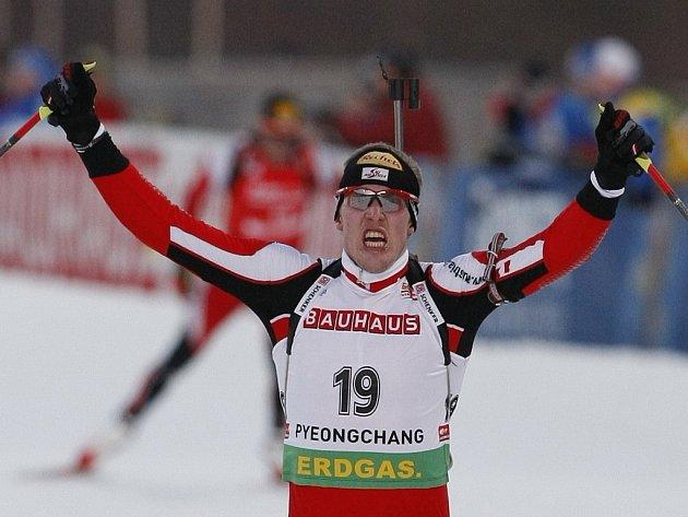 Dominik Landertinger z Rakouska slaví vítězství v závodě s hromadným startm na MS v Pchjongčchangu.