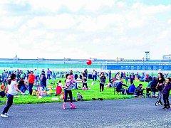 Pikniky místo letadel. Z významného letiště se stal oblíbený městský park. Radnice tu chce stavět.