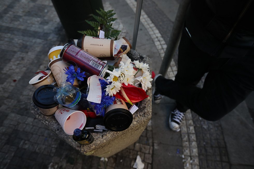 Oslavy 17. listopadu 2018 jsou ve znamení demonstrací. Květiny končí v koši.