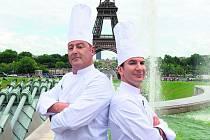 ANO ŠÉFE. Pochoutky a vaření pod kuratelou přísného kuchaře aneb Pohlreich po francouzsku: to je jedna z novinek, kterou festival v programu představí (na snímku Jean Reno a Michaël Youn).