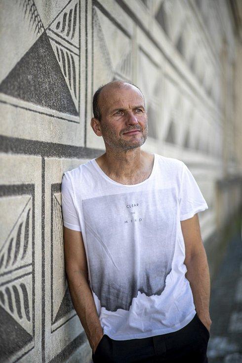 Dalibor Gondík je nejradši sám, rád běhá a cestuje karavanem, je rád muzikantem a nerad hraje na zábavách.