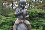 Symbolem Františkových Lázní, kde se mimo jiné specializují na léčbu gynekologických problémů a problémů s početím, je socha malého chlapce s rybou, Františka.